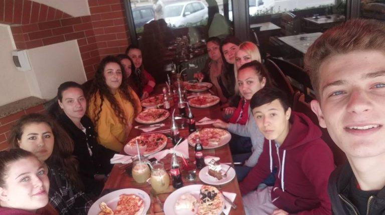 Dezvoltarea abilitatilor de socializare si comportament in public-intalnire colegiala la un restaurant